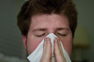 persona con il raffreddore