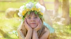 Bambina con una corona di fiori