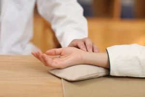 Traumi del polso: significato clinico e rimedi omeopatici